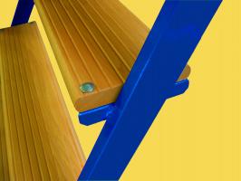 Montagetreppe mit Holzstufen
